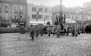 Na první fotografii je zachyceno nejspiše velení. Podle popisky na zadní straně je jednou hvězdičkou označen Oberstleutnant Stagel (Stab II/J.R. 32). Dvě hvězdičky označují Generalleutnanta Ulbrichta (Division Kommandeur) a třemi hvězdičkami je na snímku označen Oberstleutnant Sabetzki (Abteilung Kommandeur).