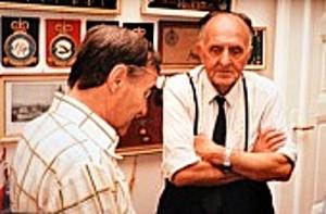 Válečný letec Bohumil Tvrdý (vpravo) při jedné z návštěv u historika a sběratel Josefa Hirschkorna v Teplicích.